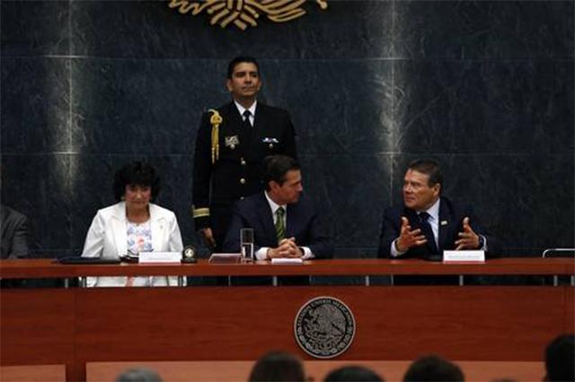 Peña Nieto insta al magisterio a defender la reforma educativa