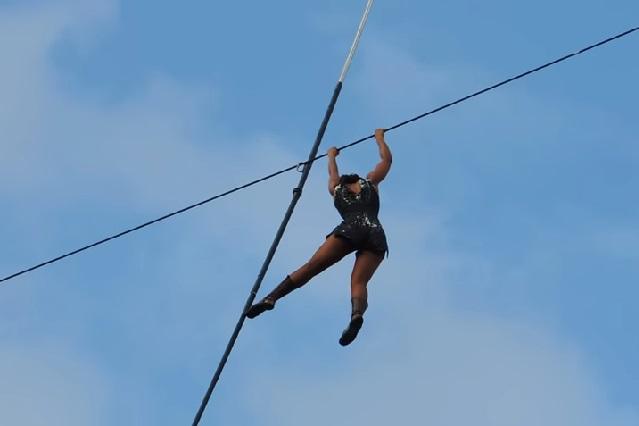 Impresionante: Equilibrista camina y cuelga a 35 metros de altura y sin red