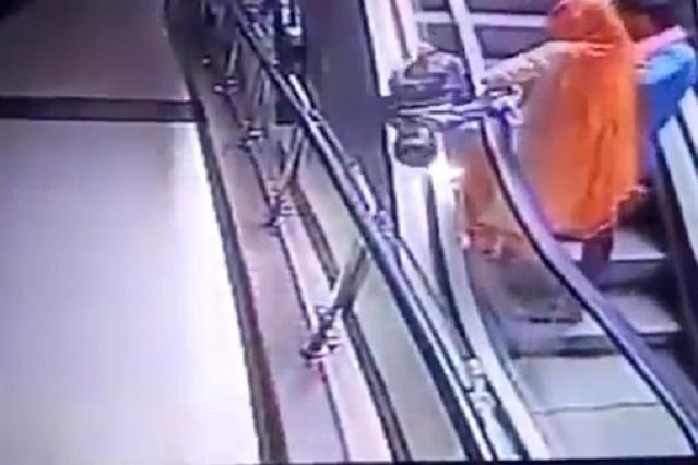 Selfie mortal: Bebé cae de los brazos de su madre en escalera eléctrica