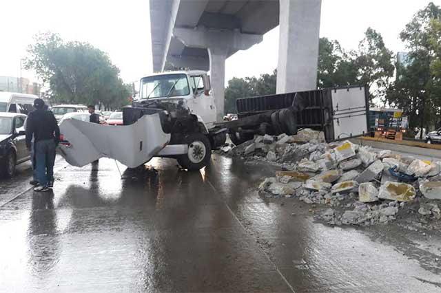 Escombro de la ciclovía causa 3 accidentes en la México-Puebla