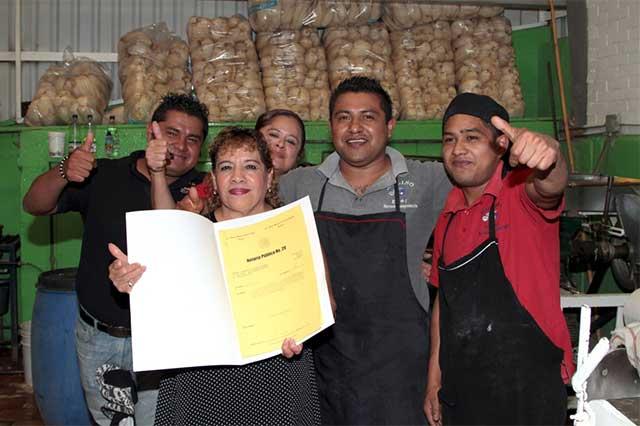 El alcalde Banck entrega escrituras a locatarios de mercados de la ciudad