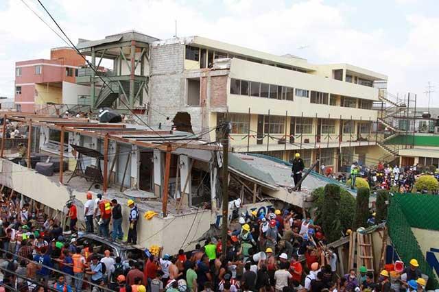 Buscan a familiares de niños atrapados en los escombros del colegio Rébsamen