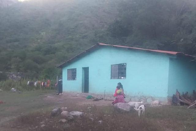 Este es el salón de clases donde niños estudian, comen y duermen en el piso