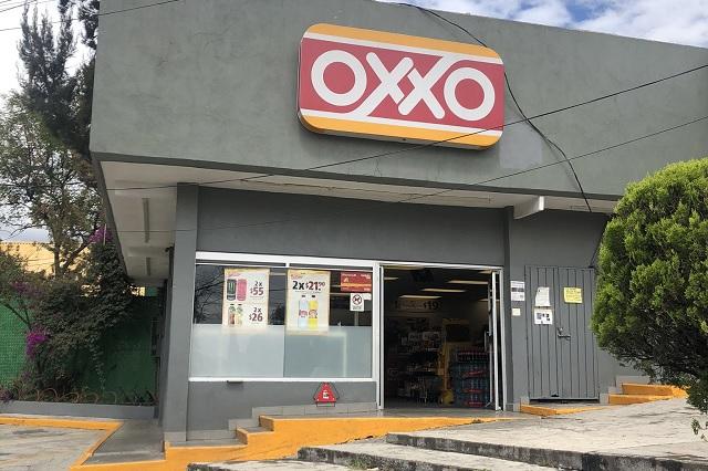 Mujer pide a cajera de OXXO usar cubrebocas y le escupen como respuesta