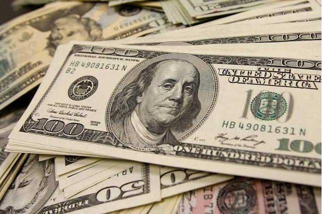 Mujer pelea con su esposo y en ataque de ira se traga 9 mil dólares