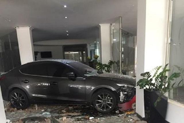 Mujer estrella su auto contra hotel donde dice estaba su esposo con amante