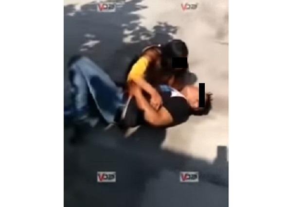 Video: Chica apuñala a su esposo en motel y dice que lo ama