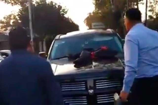 #LadyCuernos Hombre encuentra a su esposa en su camioneta con otro