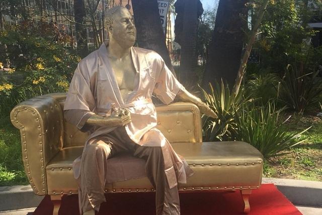 Ponen estatua de Harvey Weinstein cerca del teatro de los Oscar