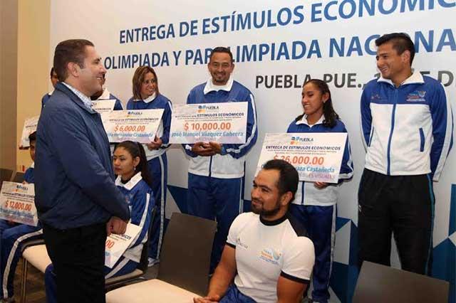 RMV entrega estímulos económicos a deportistas poblanos