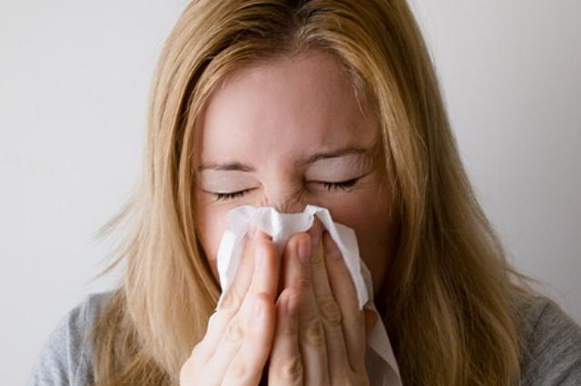 Desgarre de faringe y más: conoce los riesgos de aguantar un estornudo