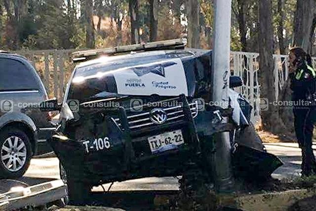 Oficial de tránsito pierde el control y estrella patrulla con luminaria