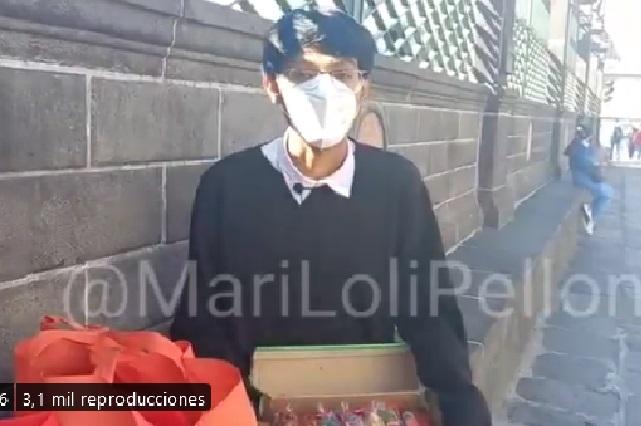 Universitario vende gomitas y cacahuates para pagar sus estudios