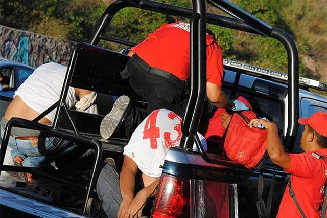 Tras enfrentamiento, policías detienen a 10 de la normal de Ayotzinapa