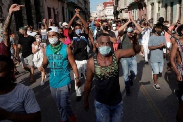 EU castiga a Cuba por protestas, México envía ayuda