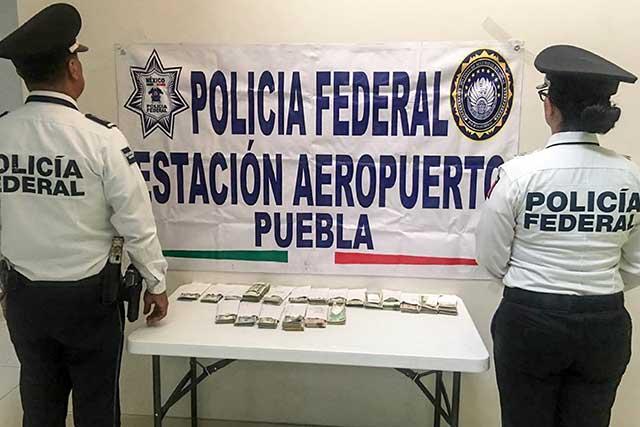 Detienen a mujer con 900 mil pesos en aeropuerto de Puebla