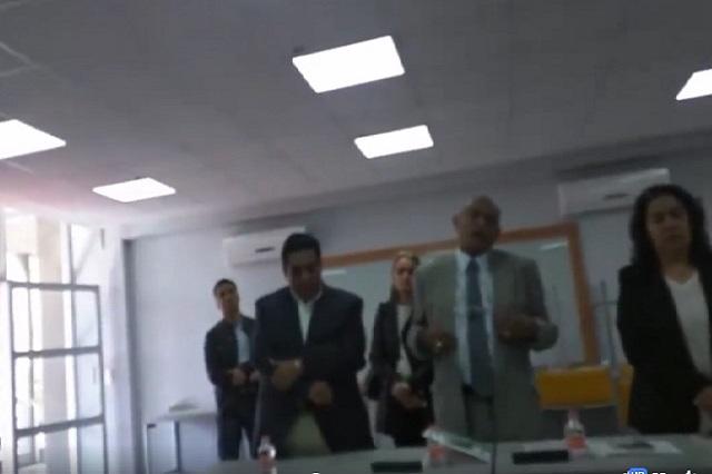 Le suspenden el examen profesional por no llevar corbata