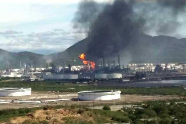 Explosión en refinería de Oaxaca deja 3 heridos graves