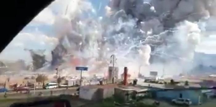 Un usuario de redes captó en video el instante en que comenzaron a explotar miles de cohetes en un mercado de Tultepec.