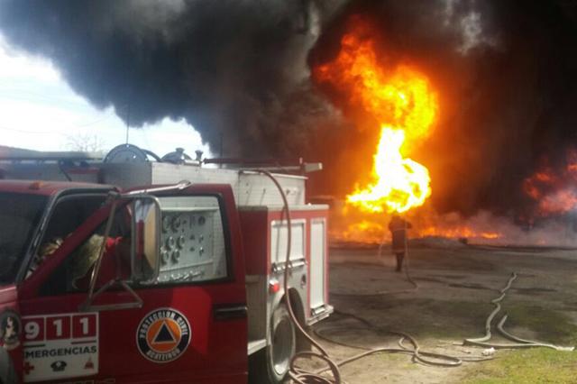 Arde predio con camionetas llenas de huachicol en Los Reyes de Juárez