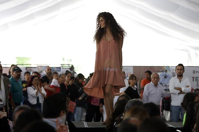 Presumen textiles poblanos en show abierto al público
