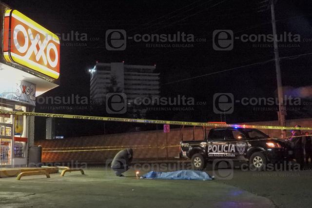Ejecutan a expolicía afuera de un Oxxo en San Andrés Cholula