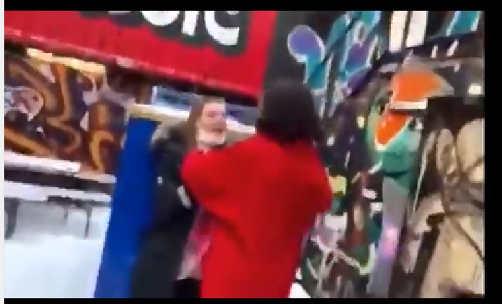 Captan a Ezra Miller ahorcando a una fan y las redes sociales estallan
