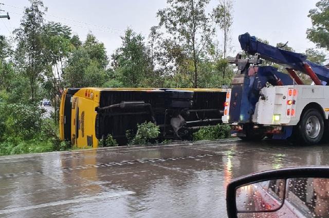 Ruta Xoxtla se vuelca en la México-Puebla por lluvia