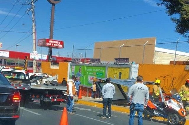 Ruta 26 sin frenos se lleva paradero en Prolongación Reforma