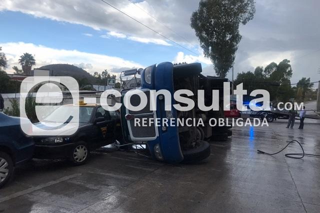 Camión recolector de basura embiste a taxi y chofer se salva