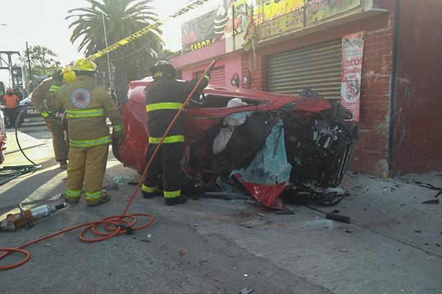 Mueren dos jóvenes tras volcar su automóvil en Chachapa