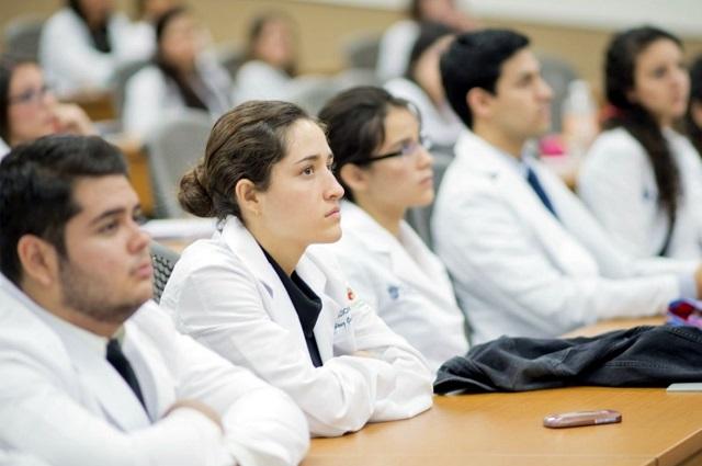Faltan médicos en el país pero se reduce la matrícula: Carvajal