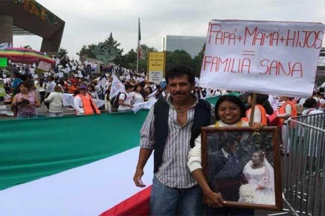 Marchan miles en la Ciudad de México para rechazar las bodas gay