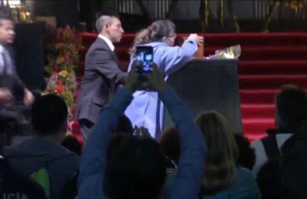 Fan de Juan Gabriel burla seguridad y besa su urna en Bellas Artes