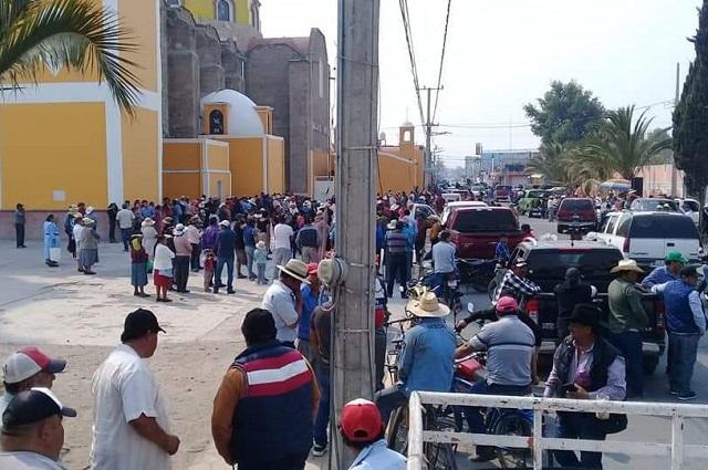Vecinos de Palmarito toman la alcaldía de Tecamachalco