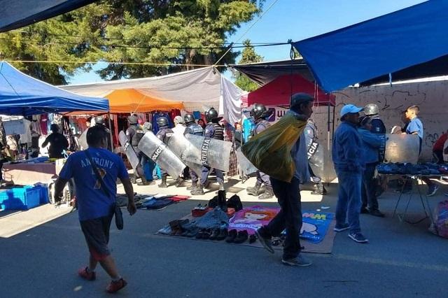 Decomisan pacas de ropa en el tianguis de San Isidro
