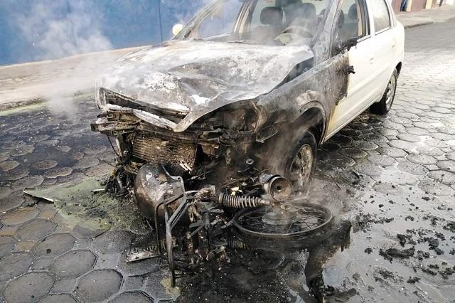 Auto y motocicleta se incendian en choque frente a Clínica 2 del IMSS
