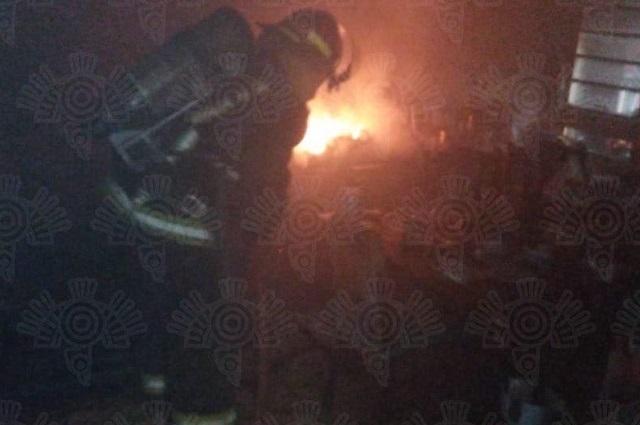 Rescatan a dos personas de incendio en Maravillas