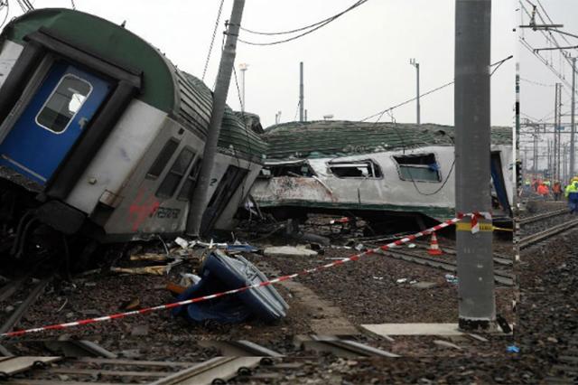 Tres muertos y más de cien heridos por accidente ferroviario en Milán, Italia