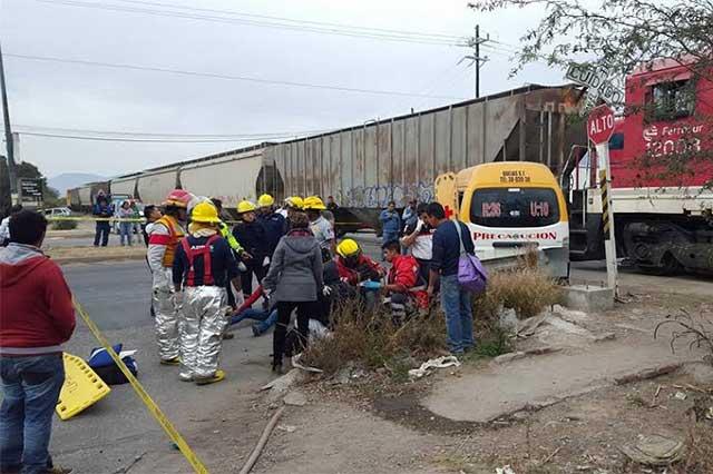 Por intentar ganarle al tren quedan 8 heridos en Tehuacán