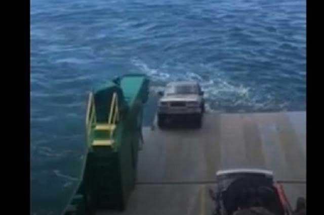 Epic Fail: Camioneta de turistas se hunde en el mar por un descuido