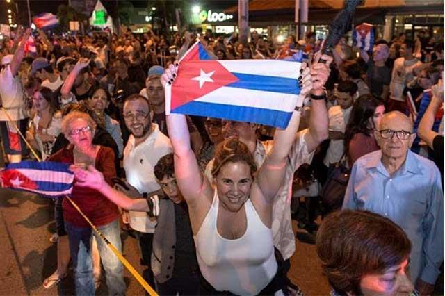 Cubanos en EU festejaron con porras y aplausos la muerte de Fidel Castro