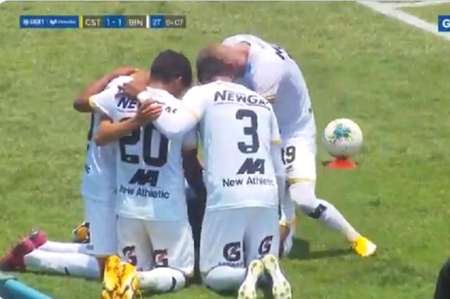 Descalifican a peruano por festejar un gol fingiendo intimidad con compañero