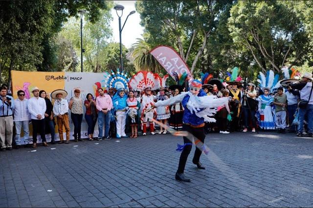 Colorido desfile abre el Sexto Festival de Huehues en Puebla