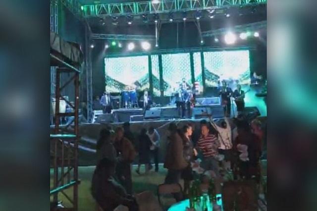 Regidor de salud de Altepexi hace fiesta con 200 invitados