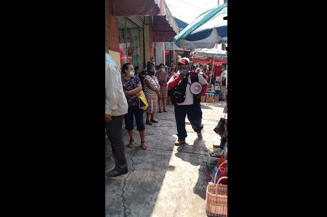 En Izúcar, decenas de personas hacen fila para retirar remesas