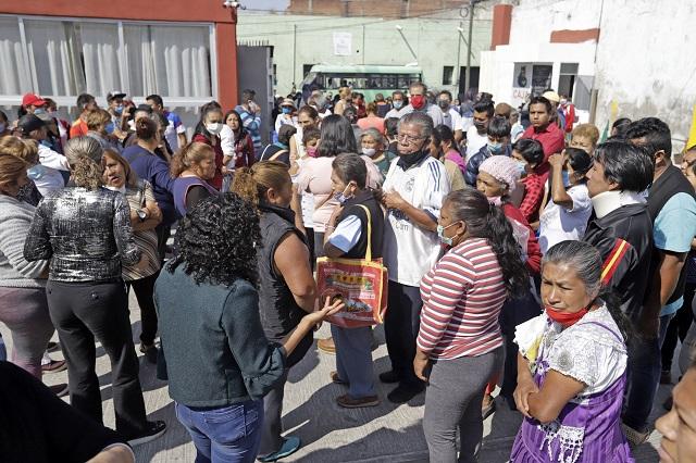 Pobladores riñen durante entrega de despensas en Chignautla