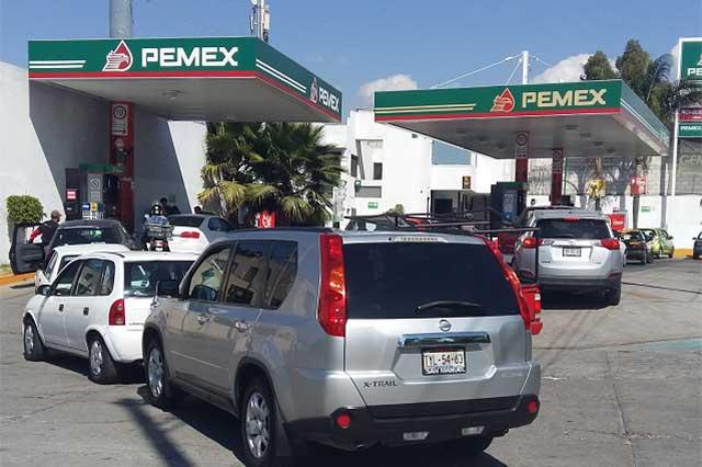 Largas filas y desabasto se registra en gasolineras de Puebla capital