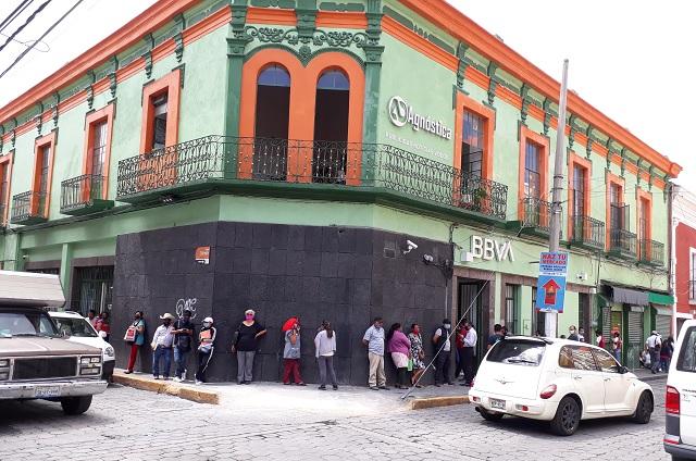 Hacen largas filas en bancos para pagar inscripciones en Atlixco