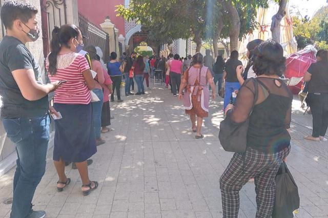 Forman largas filas para comprar juguetes y pagar impuestos en Tehuacán